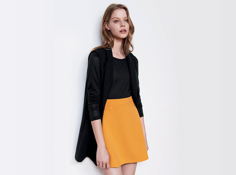 Woman look Long sleeveless jacket and 70s style skirt