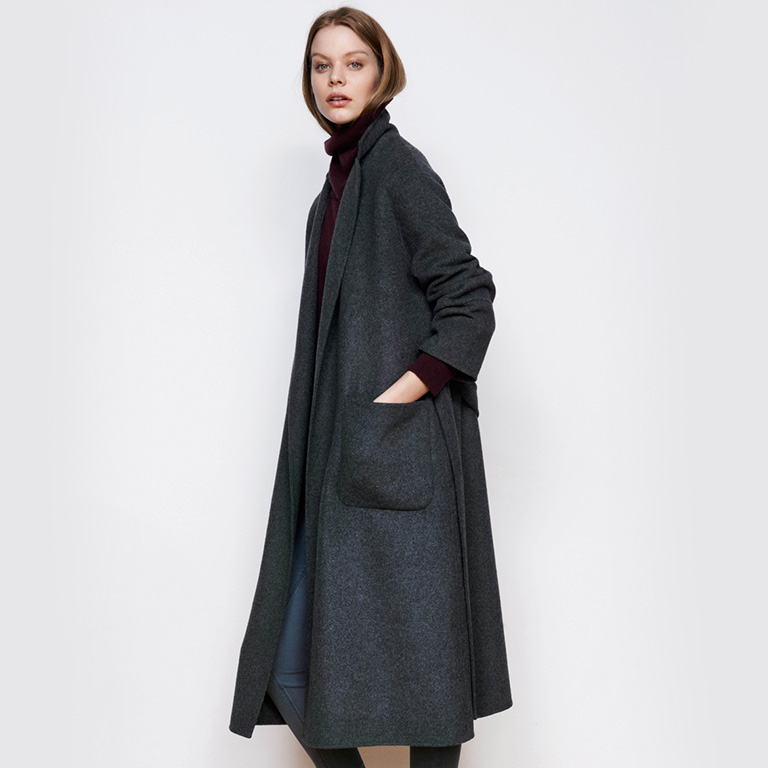 Woman look Oversize coat and skinny jeans