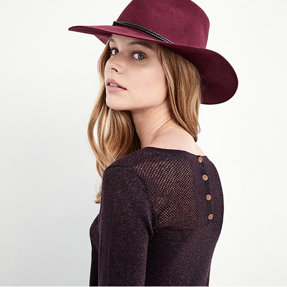 Women look – jumper with details and wool hat