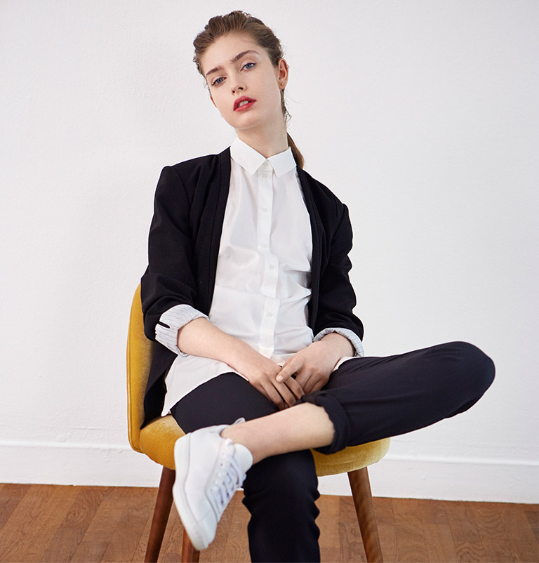 Look - Blazer, shirt and leather trainers